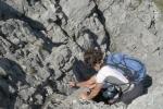 Dolů jsme šli trošku jinudy... a hlavně ne po značce. Díky tomu jsme zažili rozličná dobrodružství včetně slézání skalní průrvou a sestup po strmém suťovisku.
