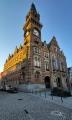 48 m vysoká je radniční věž ve Frýdlantu. Hned první náš pohled na ni pozlatilo nízké záříové slunce.