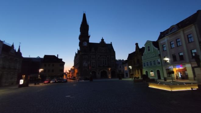 Večerní náměstí.