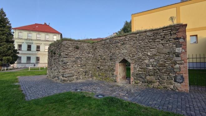 Na zbytky hradeb máme přímý výhled z oken penzionu Šárka.