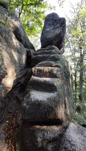 Vytesané schody vedou vzhůru na, Skalní hrad.