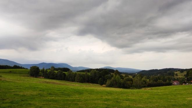 Z vyhlídky Hajníkova kohouta zhlédnu Smědavskou horu i Frýdlantské cimbuří.