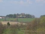 Pohled na kopeček s kostelem směrem od Zahorčic
