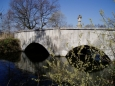 Skutečně starobylou památkou ve městě Zlivi je dvouobloukový kamenný most z počátku 18. století přes Soudný potok, zdobený sochou sv. Jana Nepomuckého z roku 1724.A my se můžeme tímto mostem dostat od přírodních zajímavostí k těm kulturním.
