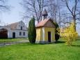Malé Chrášťany jsou opravdu malou vesničkou, blízko Vlhlav. Vesnička je tvořena vlastně pouze návsí. Ale ta je plná krásných průčelí statků a domků.