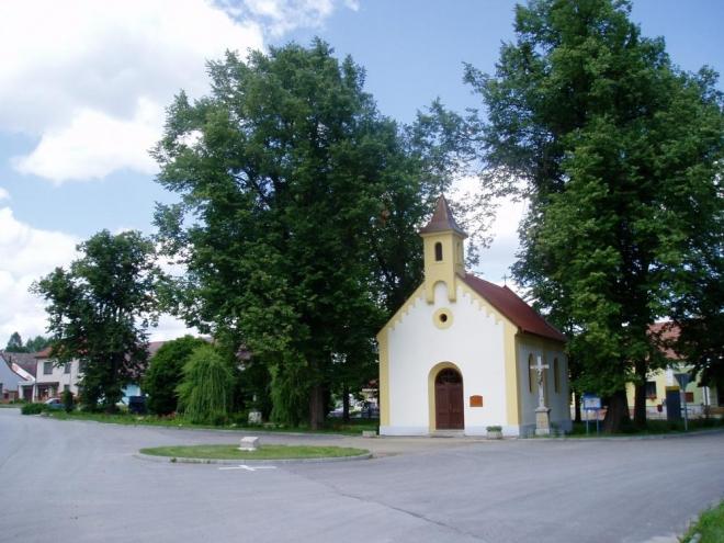 Kaple Nejsvětější Trojice v Mydlovarech, další Blatské obci. Jistě znáte osudy dobrého vojáka Švejka, že.  Pravě odsud pochází rodiče spisovatele Haška.