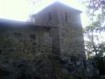 Pohled na věž a přilehlou budovu (trochu proti sluníčku, ale co se dalo dělat...)