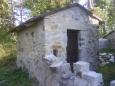 Malá budova, v níž se nachází pouze lavička určená k odpočinku pro hosty zdaleka.