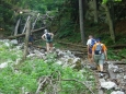 Velká Fatra, naše první zastávka putování Slovenskými horami, je velmi atraktivní. My si vybíráme rozeklanou západní část i proto, protože centrální již z minulých přechodů známe. Ať už to bylo přechodem ze Starých Hor přes Krížnou, Ostredok na chatu pod Borišovom a dále až ke Kĺaku do Lubochnianské doliny, nebo při týdenním ubytování ve Smrekovici, chatě položené vysoko na hřebeni východní části hor.