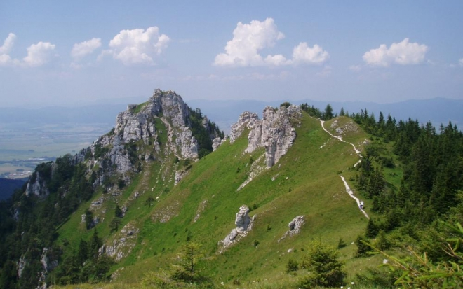 Na vrchol Ostré jdeme z Blatnice stejnojmennou dolinou a u Juriasova stoupáme krutě a dlouho na krásnou vyhlídkovou pěšinku již v blízkosti našeho cíle. Vlastní výstup je korunován průlezem skalním oknem a skvělým výhledem. Naproti je dobře vidět i stejně atraktivní Tlustou, s mohutným vápencovým vrcholem.