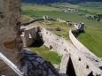Prepošt aj tak nakoniec vymenil hrad za protiľahlý kopec, kde vzniklo opevnené kapitulské sídlo. Našťastie alebo nanešťastie, kráľa Žigmunda osvietilo a na rozdiel od mesta pod hradom, samotný hrad kvôli dlhom nezapredal. Rovnako poľským veriteľom nepripadlo ani ono nové prepoštovo bývanie, Spišská Kapitula. Možno to mala na svedomí cigánska princezná, ktorá mu, podľa legendy, jednej noci venovala viac ako len pohľady. Pre jej spoločenstvo zdržiavajúce sa pod hradom tak získala i očakávaný prepúšťací glejt, akýsi pas kráľovstvom.Na hrade sa vystriedali mnohí špáni, sem-tam sa tu zastavili kadejakí králi a tiež kadejakí obliehatelia i tí, čo nemuseli obliehať a predsa hrad pokorili. Napokon v roku 1780, na konci istého dňa, z hradu namiesto veží stúpali k nebu už len stĺpy dymu. Požiar. Nepriateľ číslo jeden. Ešte aj sami poslední majitelia z rodu Čáki mu zasadili zdrvujúcu ranu. Stal sa pre nich zdrojom stavebného materiálu na stavbu početných kaštieľov v okolí. Pospolitý ľud nasledoval príklad svojich grófov. Dnes to však nie je len obyčajná slovenská ruina, lež prekrásna románsko-gotická architektúra v nádhernej krajine. Spišský hrad.(zdroj Spisskyhrad.com)