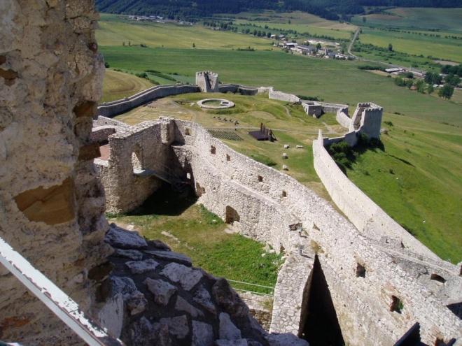 Prepošt aj tak nakoniec vymenil hrad za protiľahlý kopec, kde vzniklo opevnené kapitulské sídlo. Našťastie alebo nanešťastie, kráľa Žigmunda osvietilo a na rozdiel od mesta pod hradom, samotný hrad kvôli dlhom nezapredal. Rovnako poľským veriteľom nepripadlo ani ono nové prepoštovo bývanie, Spišská Kapitula. Možno to mala na svedomí cigánska princezná, ktorá mu, podľa legendy, jednej noci venovala viac ako len pohľady. Pre jej spoločenstvo zdržiavajúce sa pod hradom tak získala i očakávaný prepúšťací glejt, akýsi pas kráľovstvom.  Na hrade sa vystriedali mnohí špáni, sem-tam sa tu zastavili kadejakí králi a tiež kadejakí obliehatelia i tí, čo nemuseli obliehať a predsa hrad pokorili. Napokon v roku 1780, na konci istého dňa, z hradu namiesto veží stúpali k nebu už len stĺpy dymu. Požiar. Nepriateľ číslo jeden. Ešte aj sami poslední majitelia z rodu Čáki mu zasadili zdrvujúcu ranu. Stal sa pre nich zdrojom stavebného materiálu na stavbu početných kaštieľov v okolí. Pospolitý ľud nasledoval príklad svojich grófov. Dnes to však nie je len obyčajná slovenská ruina, lež prekrásna románsko-gotická architektúra v nádhernej krajine. Spišský hrad. (zdroj Spisskyhrad.com)