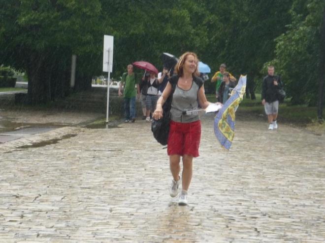 Ani deštník nevydržel