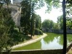 Začínají stromy řídnout a ukazovat části zámku