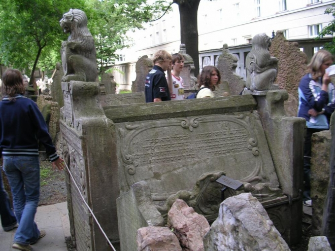 Jiný pohled na náhrobek nejznámějšího rabína