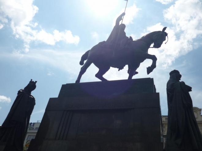 Pohled na sochu sv. Václava a další patrony