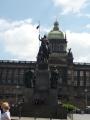 Pohled na jezdeckou sochu sv. Václava a na Národní muzeum v pozadí
