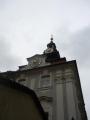 Budova s dvěma ciferníky (vedle Staronové synagogy)