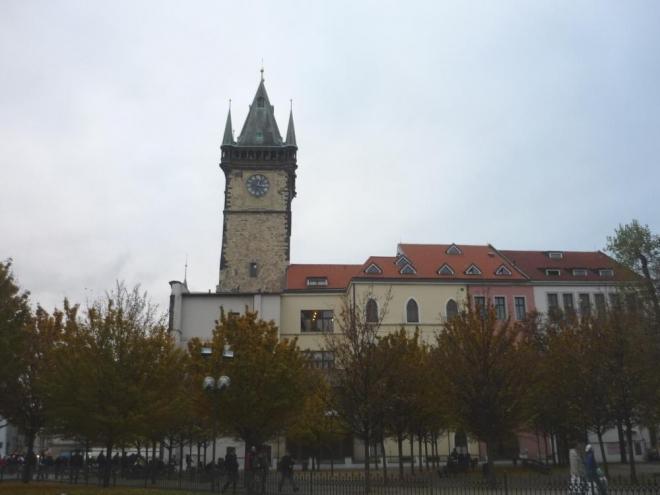Záběr na Staroměstskou radnici (jiný úhel)