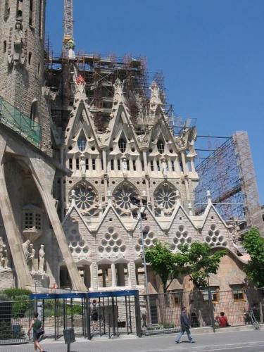 I přesto, že hlavní a největší kopule a věž chrámu je zatím jen v přípravné fázi stavby a chrám zatím postrádá vnitřní zastřešený prostor, Gaudího chrám je opravdovým architektonickým unikátem, který navštíví ročně desetitisíce turistů. Dnes stojí dostavěná dvě průčelí – každé po čtyřech věžích. Průčelí jsou zdobena modernistickými, až kubizujícími sochami s biblickými výjevy. Věže obou průčelí jsou přístupná, nahoru výtahem, dolů pěšky.