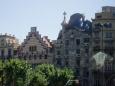 Já jsem bohužel nucen fotit přes skla toho našeho.Naprosto osobité a originální ztvárnění Gaudího staveb mísící secesi, modernismus, motivy z živé přírody, nádech španělského orientu a výrazných barev dotváří architektonický fond města a dělá z něj město naprosto unikátní a osobité.