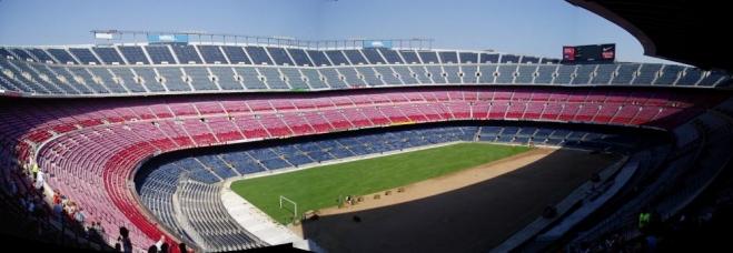 Fotbalový zápas na stadionu pro 90.000 diváků má určitě fantastickou atmosféru. My ale místo něho vidíme jen rolování travnatého koberce.