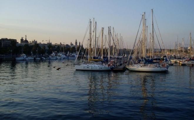 Poloostrov Barcelonetta, to je kotviště trajektů a krásných plachetnic, které je přístupné přes moderní pěší most Rambla de mar.