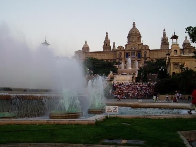 V Barceloně jsou i další zajímavá místa kam by se dalo zavítat jako je třeba ZOO, Mrakodrap Torre Agbar, Vila Olímpica – olympijská vesnice, Aréna na Plaça de Toros Monumental nabízí tak trochu jiné zápasy v historické aréně, býčí zápasy – corridu a samozřejmě i spoustu muzeí. Nás, stejně jako davy kolem, přivábila Magická fontána.