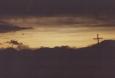 Kolem nás se postupně od západu setmělo, jen kdesi v dáli na východní straně je ještě jas nebe patrný.
