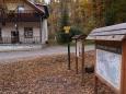 """Konečně chata Živec. A nápis hned zve k návštěvě:  Poutníče postůj. Odpočiň zde než k poháru svému nad mořem lesů tam přichýlíš ret (jaromír Borecký, l.p. 1933-1984).""""Moře lesů"""", tak se i původně tato chata jmenovala. Výstižný název..."""