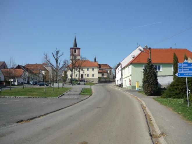 Náves s kostelem